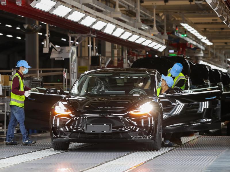Blick in die Tesla Giga-Fabrik in Shanghai. Der US-Elektroautobauer Tesla hat ein weiteres Quartal mit Rekordergebnissen geschafft. Foto: Ding Ting/XinHua/dpa