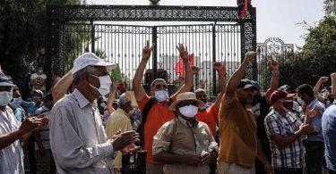 Anhänger des tunesischen Präsidenten Saied während einer Demonstration vor dem Parlamentsgebäude. Foto: Khaled Nasraoui/dpa