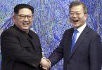 In diesem Archivbild vom 27. April 2018 posiert der nordkoreanische Machthaber Kim Jong Un (l) mit dem südkoreanischen Präsidenten Moon Jae-in. Foto: Korea Summit Press/Pool via AP/dpa