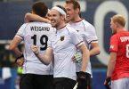 Die deutschen Hockey-Herren feiern den Sieg gegen Großbritannien. Foto: Sebastian Gollnow/dpa