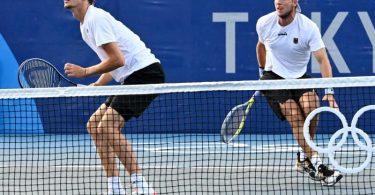 Das letzte im Wettbewerb verbliebene deutsche Herren-Doppel ist in das Olympia-Viertelfinale eingezogen. Foto: Marijan Murat/dpa
