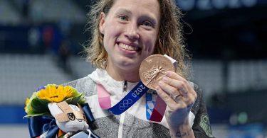 Sarah Köhler strahlt mit ihrer Bronzemedaille um die Wette. Foto: Michael Kappeler/dpa