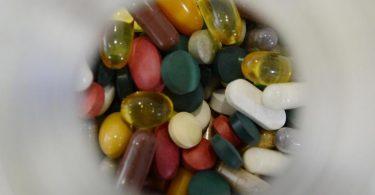 Nahrungsergänzungsmittel sollen den Organismus in vielerlei Hinsicht unterstützen. Unseriöse Hersteller nutzen hier Ängste der Verbraucher aus und versprechen Schutz vor Corona. Foto: picture alliance / dpa