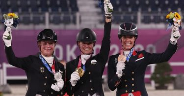 Silbermedaillen-Gewinnerin Isabell Werth (l-r), Siegerin Jessica von Bredow-Werndl und die drittplatzierte Charlotte Dujardin. Foto: Friso Gentsch/dpa