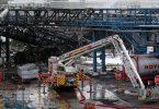 Einsatzkräfte der Feuerwehr sind mit Löscharbeiten im Chempark beschäftigt. Nach der Explosion am Dienstag geht die Suche nach den Vermissten weiter. Foto: Chempark/Currenta GmbH