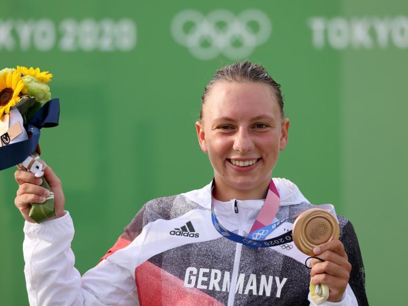 Andrea Herzog jubelt mit ihrer Bronzemedaille. Foto: Jan Woitas/dpa-Zentralbild/dpa