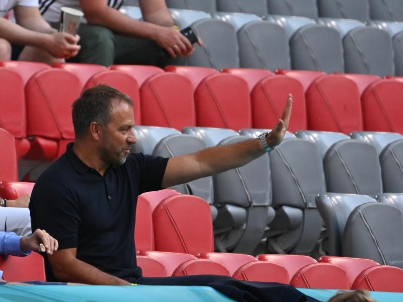 Hansi Flick während des EM-Spiels der deutschen Mannschaft gegen Frankreich. Foto: Federico Gambarini/dpa