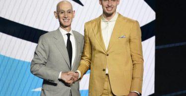 NBA-Chef Adam Silver gratuliert Franz Wagner (r) zum Draft. Foto: Corey Sipkin/AP/dpa
