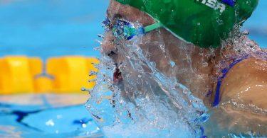 Tatjana Schoenmaker schwimmt in Weltrekordzeit zum Olympiasieg über 200 Meter Brust. Foto: Oliver Weiken/dpa