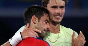 Novak Djokovic (l) gratuliert Alexander Zverev zum Einzug ins Finale. Foto: Jan Woitas/dpa-Zentralbild/dpa
