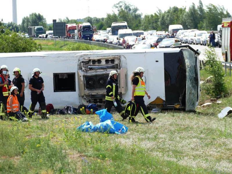 Rettungskräfte sind an der Unfallstelle im Einsatz. Foto: Christian/BLP/dpa