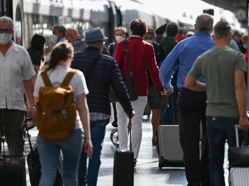 «Alle nicht geimpften Einreisenden nach Deutschland müssen sich künftig testen lassen – egal ob sie mit dem Flugzeug, Auto oder der Bahn kommen», sagt Jens Spahn. Foto: Arne Dedert/dpa