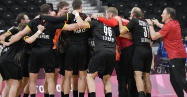 Die deutsche Mannschaft feiert ihren Sieg über Norwegen. Foto: Sergei Grits/AP/dpa