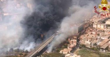 Blick aus einem Hubschrauber der Feuerwehr auf Brände neben der Via Palermo - dichter Rauch zieht über die Wohnhäuser. Foto: -/Vigili del Fuoco/dpa
