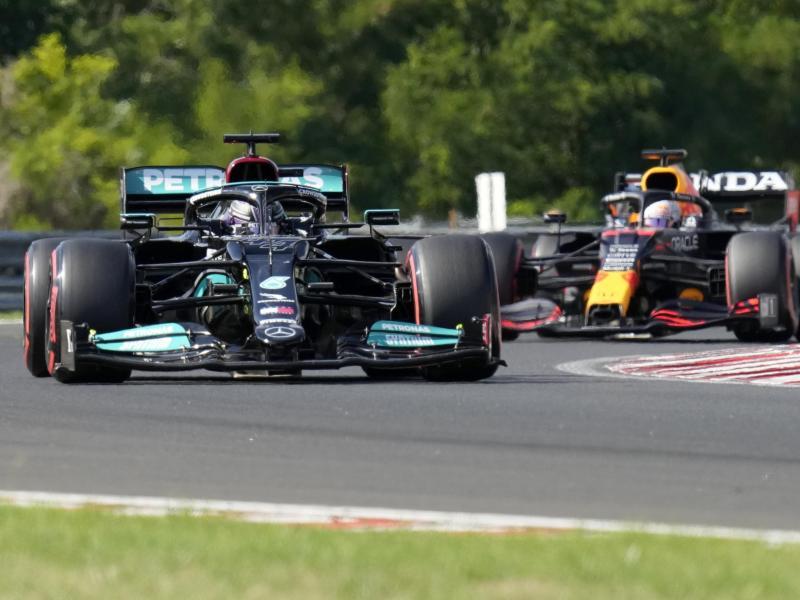 Lewis Hamilton (l) hat sich in Ungarn die 101. Pole seiner Karriere geholt. Foto: Darko Bandic/AP/dpa