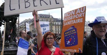 Demonstranten ohne Mund-Nasen-Schutz bei einer Protestaktion in der französischen Hauptstadt. Foto: Michel Euler/AP/dpa