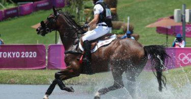 Michael Jung auf seinem Pferd Chipmunk FRH beim Geländeritt. Foto: Friso Gentsch/dpa