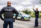 Ein Polizeibeamter steht bei einer Corona-Einreisekontrolle der Bundespolizei an der deutsch-niederländischen Grenze. Foto: Guido Kirchner/dpa