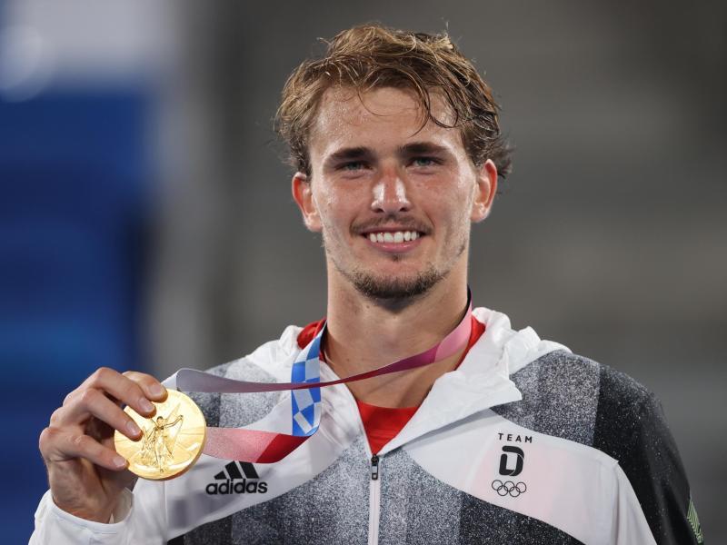 Da ist sie: Alexander Zverev präsentiert seine Goldmedaille. Foto: Jan Woitas/dpa-Zentralbild/dpa