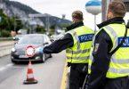 Deutsche Bundespolizisten beobachten an der Grenze zu Österreich auf der Autobahn A93 den Verkehr. Foto: Matthias Balk/dpa