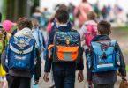Schulkinder gehen in die Schule. Foto: Peter Kneffel/dpa