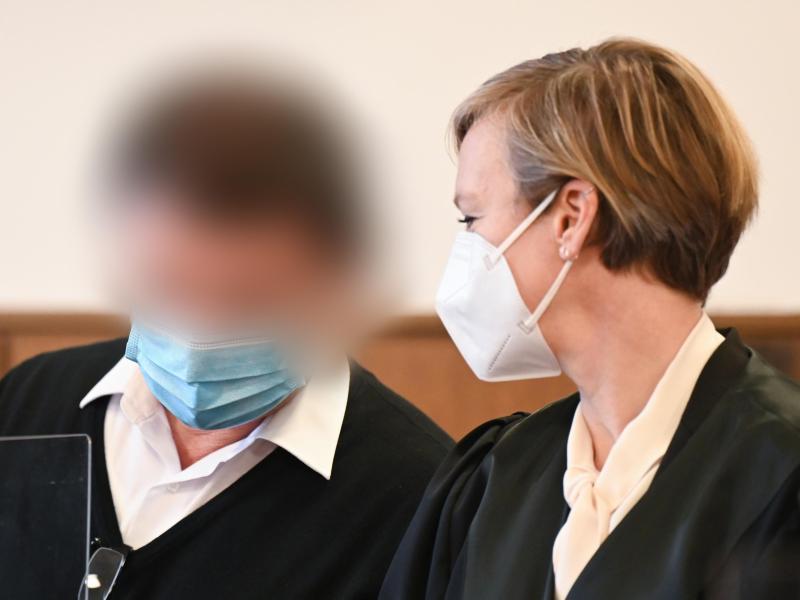 Einer der Angeklagten wartet zusammen mit seiner Verteidigerin Anfang Dezember im Landgericht Darmstadt auf den Prozessbeginn. Foto: Arne Dedert/dpa
