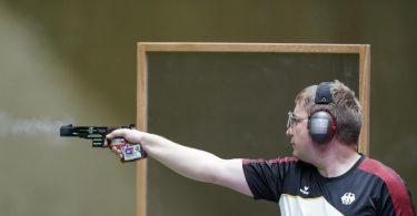 Christian Reitz hat mit der Schnellfeuerpistole das Finale erreicht. Foto: Alex Brandon/AP/dpa
