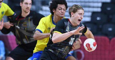 Will mit Deutschlands Handballern noch länger in Tokio bleiben: Juri Knorr (r). Foto: Swen Pförtner/dpa