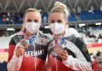 Mit Silber und Maske: Lea Sophie Friedrich (r) und Emma Hinze präsentieren ihre Medaillen. Foto: Sebastian Gollnow/dpa