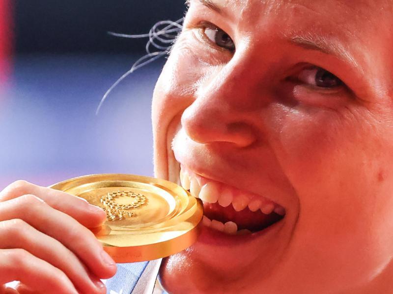 Glücklich posiert Ringerin Aline Rotter-Focken nach der Siegerehrung mit der Goldmedaille. Foto: Jan Woitas/dpa-Zentralbild/dpa
