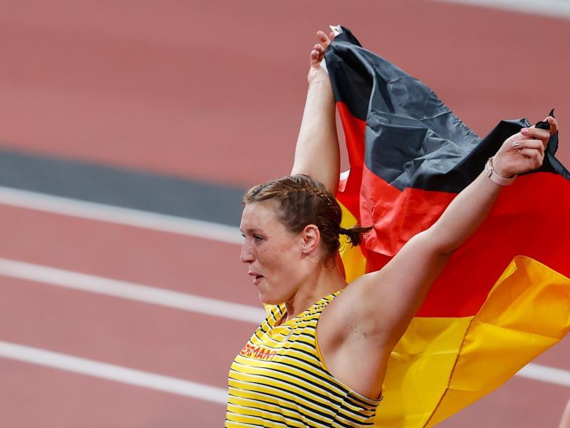 Mit der deutschen Fahne feiert Diskuswerferin Kristin Pudenz ihren zweiten Platz. Foto: Oliver Weiken/dpa