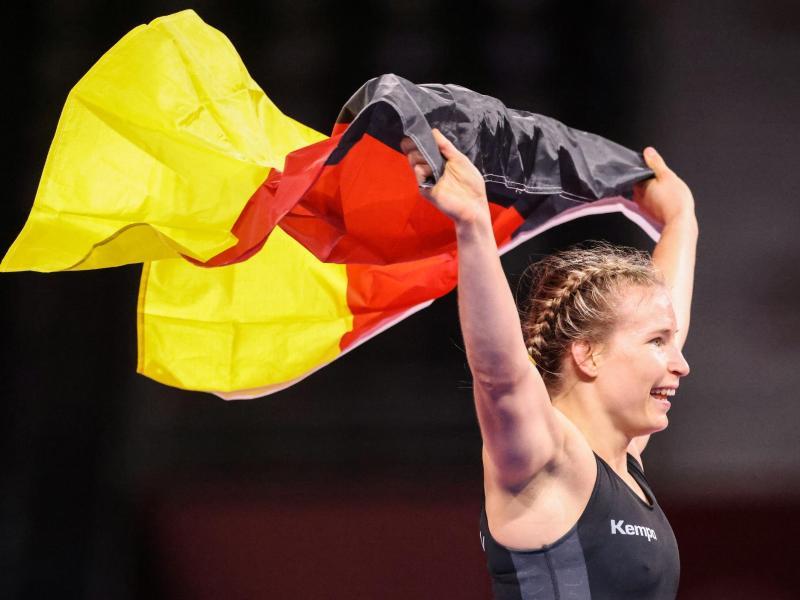 Die Erstplatzierte Aline Rotter-Focken feiert nach ihrem Sieg mit deutscher Fahne. Foto: Jan Woitas/dpa-Zentralbild/dpa