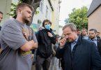 NRW-Ministerpräsident Armin Laschet (r) musste sich in Swisttal vielen kritischen Fragen stellen. Foto: Rolf Vennenbernd/dpa