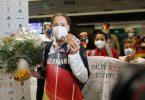 Sarah Köhler steht mit ihrer Bronzemedaille nach ihrer Ankunft aus Tokio auf dem Frankfurter Flughafen. Foto: Frank Rumpenhorst/dpa
