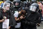 Polizisten nehmen an der Siegessäule eine Demonstrantin fest. Foto: Fabian Sommer/dpa
