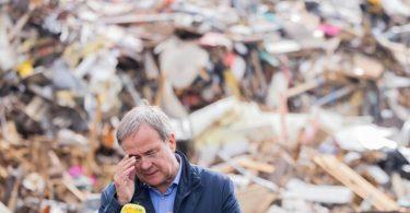 Müllberge an Gedenkstätte Vogelsang:Armin Laschet besucht die Hochwassergebiete. Foto: Rolf Vennenbernd/dpa