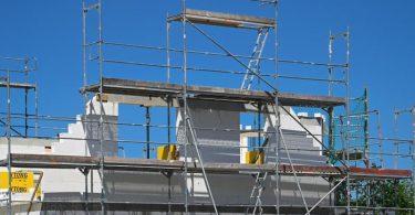 Ein Baugerüst steht an der Fassade eines im Bau befindlichen Einfamilienhauses in Brandenburg. Foto: Soeren Stache/dpa-Zentralbild/dpa