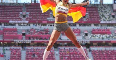 Malaika Mihambo jubelt über ihr Olympia-Gold im Weitsprung. Foto: Michael Kappeler/dpa