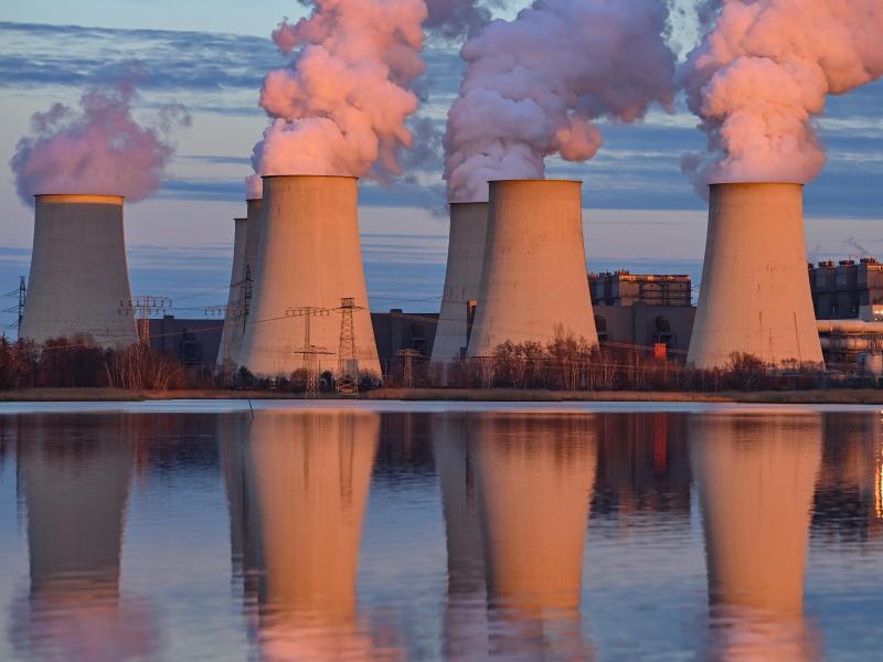 Die Abendsonne scheint auf die Kühltürme des Braunkohlekraftwerks Jänschwalde der Lausitz Energie Bergbau AG (LEAG). Foto: Patrick Pleul/dpa-Zentralbild/dpa