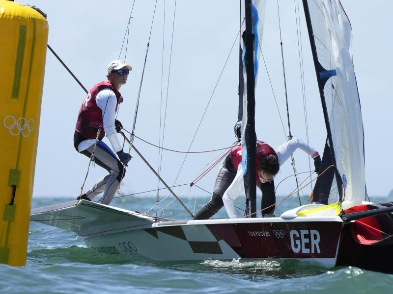 Tina Lutz und Susann Beucke segelten in der 49er FX zu Olympia-Silber. Foto: Bernat Armangue/AP/dpa