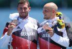 Die Bronzemedaillengewinner Sebastian Brendel (l) und Tim Hecker bei der Siegerehrung. Foto: Jan Woitas/dpa-Zentralbild/dpa