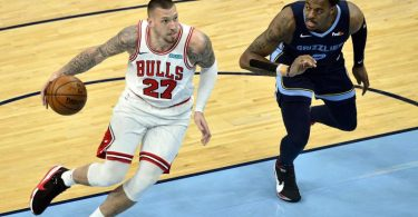 Daniel Theis (l) spielt künftig für die Houston Rockets. Foto: Brandon Dill/AP/dpa