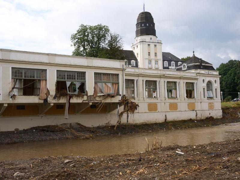 Das beschädigte Kurhaus in Bad Neuenahr-Ahrweiler. Für die Region ist neuer Starkregen vorausgesagt. Foto: Thomas Frey/dpa