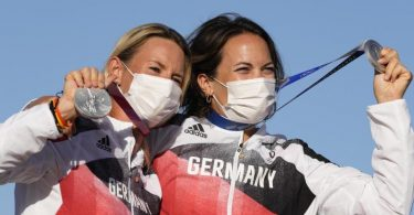 Silber-Seglerinnen: Tina Lutz und Susann Beucke bei der Siegerehrung. Foto: Bernat Armangue/AP/dpa