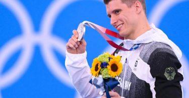 Lukas Dauser holte am Barren Silber für die deutschen Turner. Foto: Marijan Murat/dpa