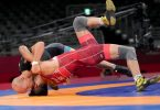 Ringer Frank Stäbler (hinten) kämpft in Tokio um die Bronzemedaille. Foto: Wang Yuguo/XinHua/dpa