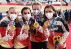 Franziska Brauße, Lisa Klein, Mieke Kröger und Lisa Brennauer (l-r) feiern Gold und Weltrekord. Foto: Sebastian Gollnow/dpa