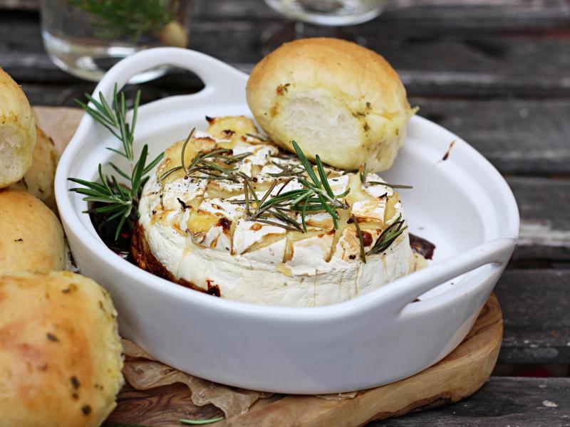 Die einzelnen Hefebrötchen backen im Ofen zusammen und werden dann passend zum Ofenkäse aus Camembert oder Bergbauernkäse auseinandergezupft. Foto: Mareike Pucka/biskuitwerkstatt.de/dpa-tmn