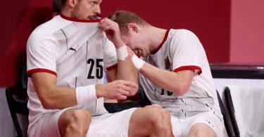 Die deutschen Handballer um Kai Häfner (l) und Timo Kastening sind im Viertelfinale gegen Ägypten ausgeschieden. Foto: Jan Woitas/dpa-Zentralbild/dpa