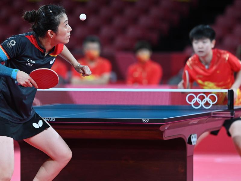 Die deutsche Tischtennisspielerin Han Ying (l) hatte gegen die Chinesin Sun Yingsha keine Chance. Foto: Swen Pförtner/dpa